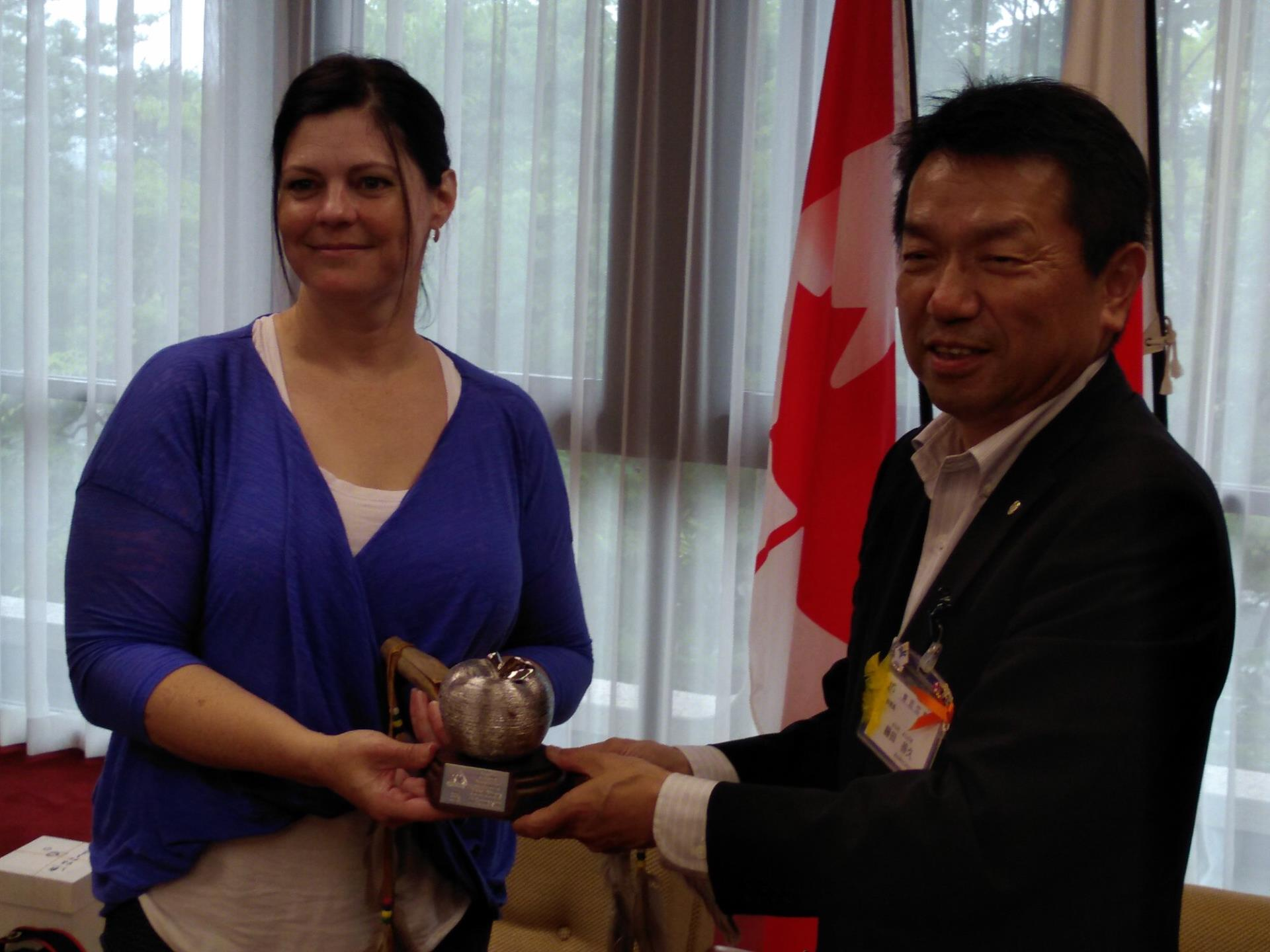 Associate Superintendent Anita Richardson of Horizon Division presenting a gift to the Chairman of Higashiomi