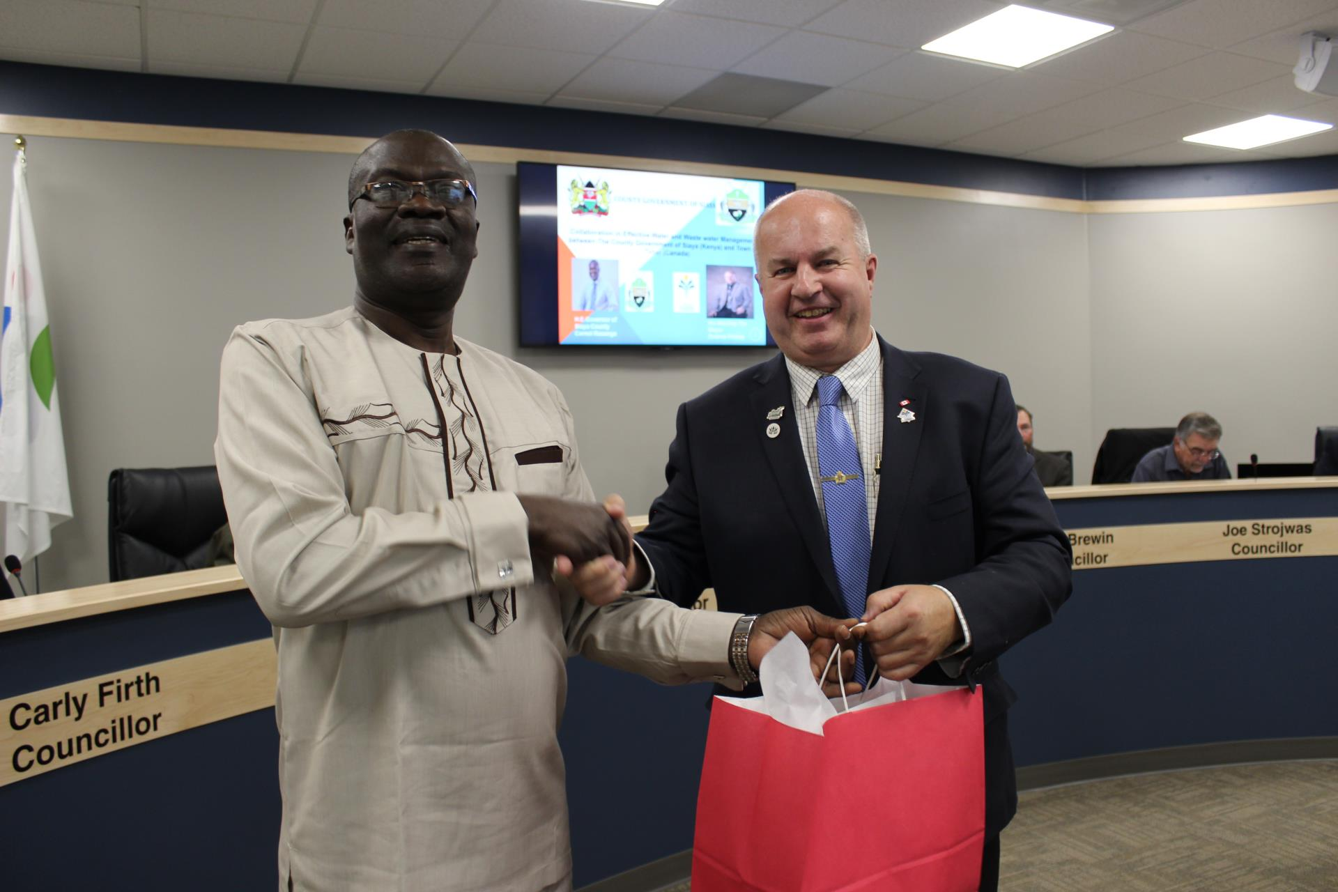 Mayor Prokop presents a gift to Governor Cornel Rasanga